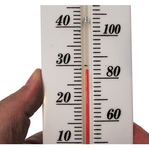 نمایی نزدیک از درجه بندی دماسنج دیواری پلاستیکی بزرگ 38 سانتیمتری