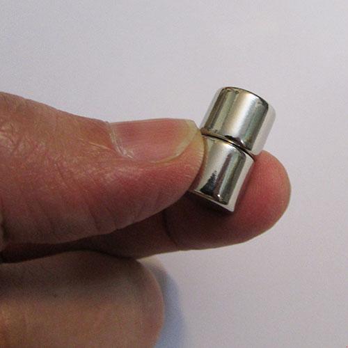 دو عدد آهنربای نئودیمیوم میان دو انگشت دست
