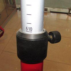 نمایی نزدیک از درجه بندی در دست نگه داشتن ژالون لایکا 5.10 متری ژالون مخصوص منشور لایکا