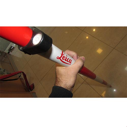 در دست نگه داشتن ژالون لایکا 5.10 متری دارای کاور و تراز - ژالون مخصوص منشور