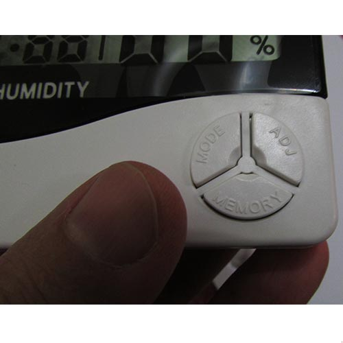 نمای نزدیک از کلیدهای موجود در دماسنج و رطوبت سنج دیجیتالی سه خانه مدل HTC2