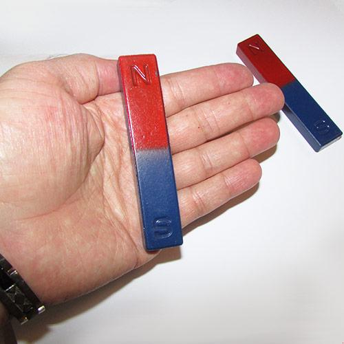 مشاهده نزدیک ابعاد این آهنربای مکعبی در مقایسه با کف دست